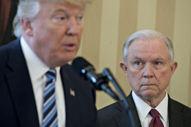 트럼프는 '법에 따라' 일을 처리한 세션스 법무장관을 공격하고