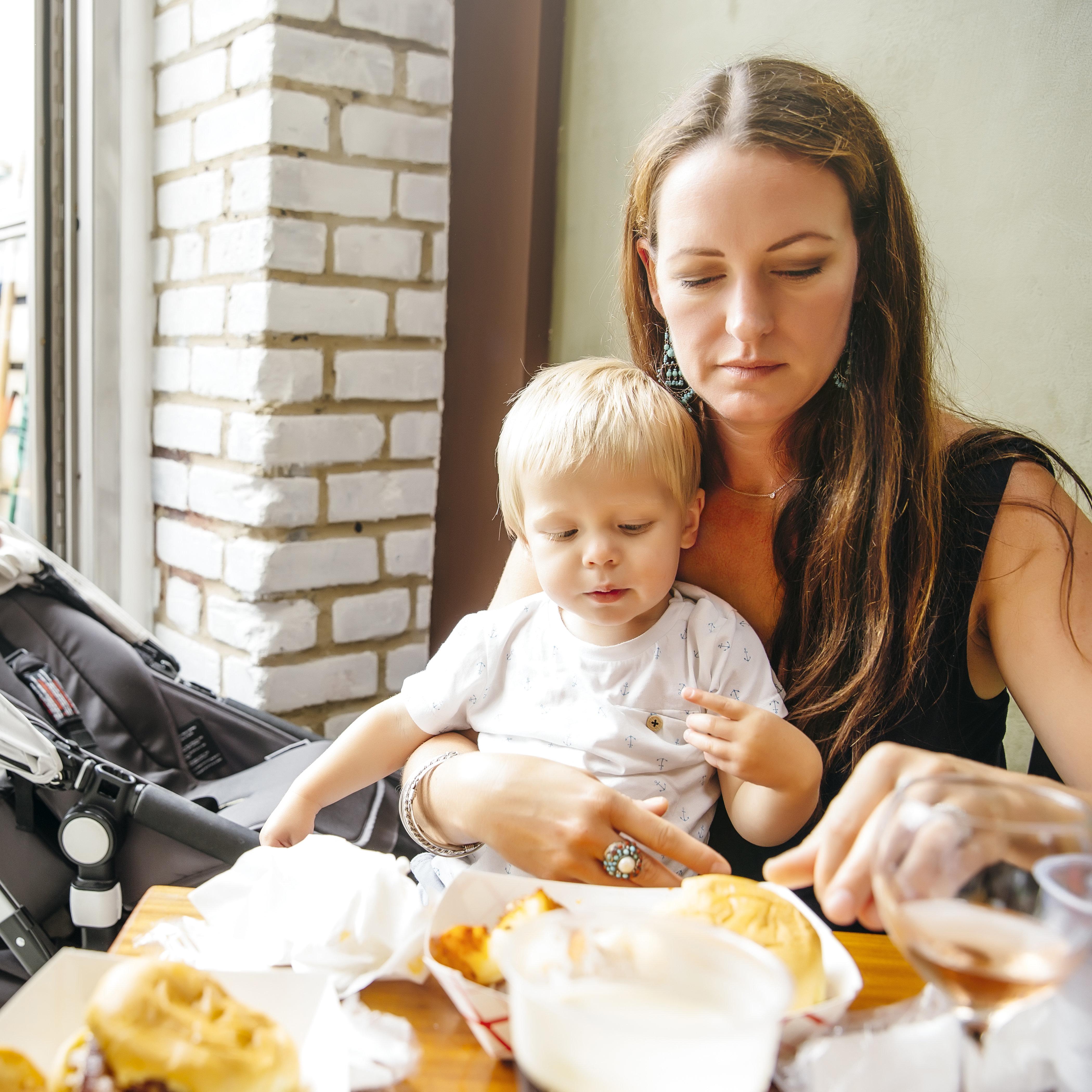Eine Mutter hat sich sichtlich unwohl gefühlt, als Kellner eines Restaurants ihr gegenüber...
