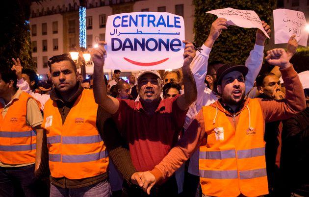 Des employés de la compagnie Centrale Danone protestent devant le Parlement à Rabat le...