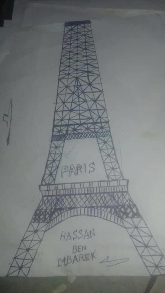 Un jeune sans emploi de vingt sept ans réalise une Tour Eiffel de 4,5 mètres trônant au Centre-ville...