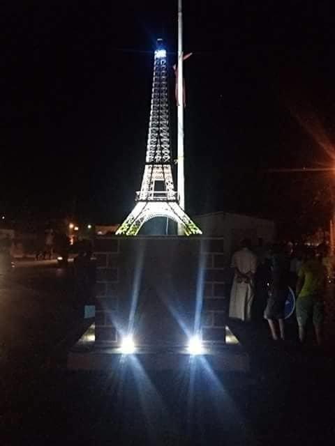 Un jeune sans emploi de vingt sept ans réalise une Tour Eiffel de 4,5 mètres trônant au Centre-ville de