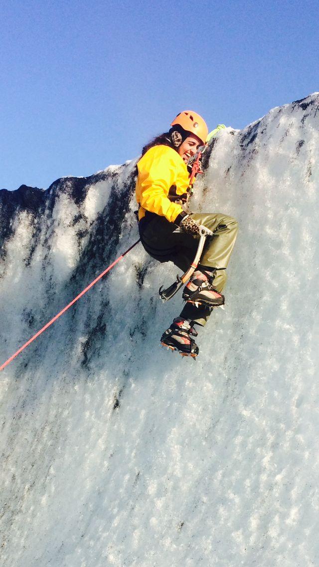 El autor escalada glaciar en Islandia.