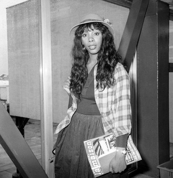 Summer arrives at Heathrow Airport for her sold-out concert tour of Britain in 1977.