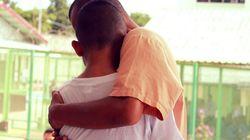 Schulklasse besucht Gefängnis – Foto zeigt Moment, in dem einer der Jungen seinen Vater