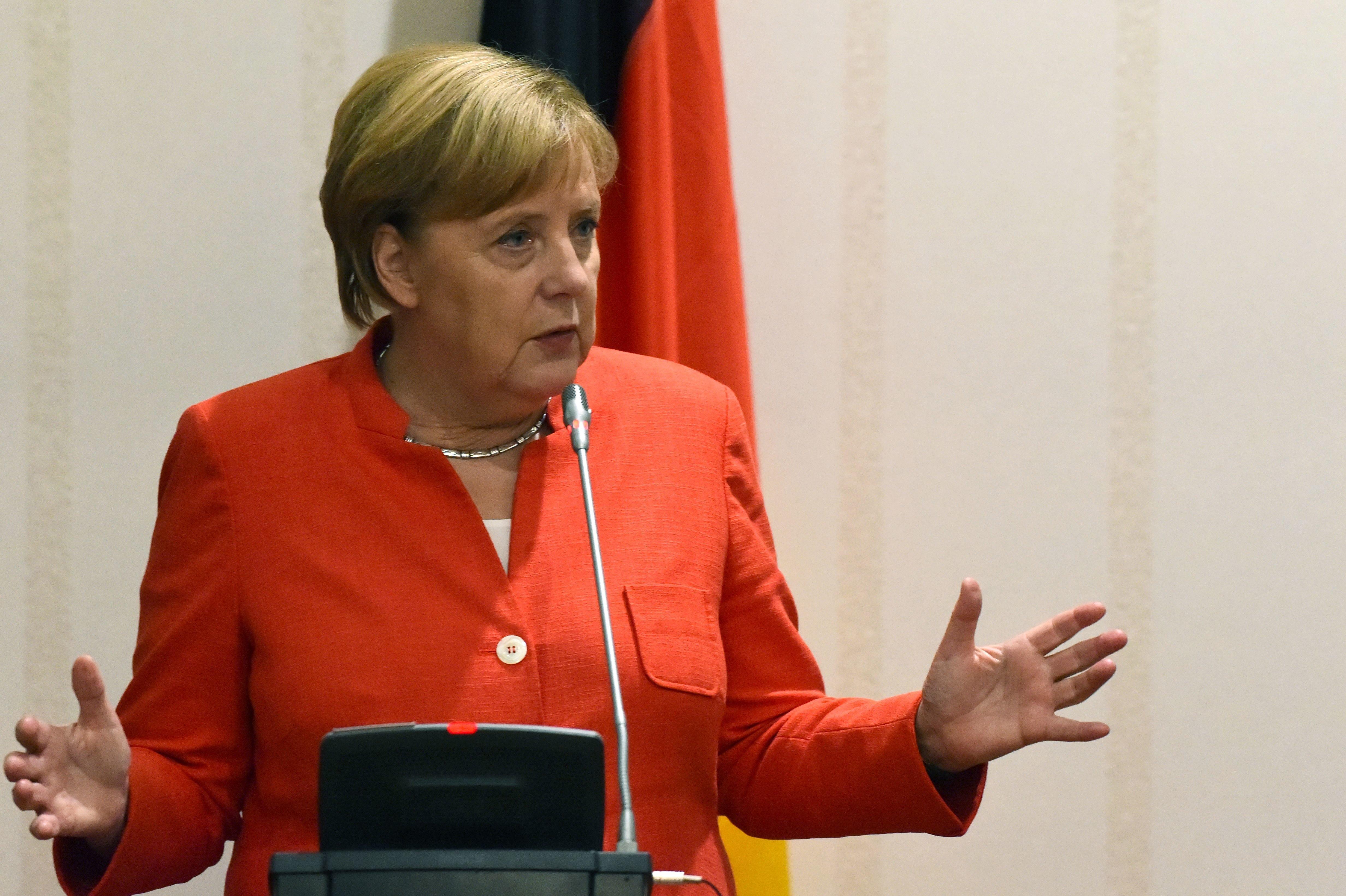 Angela Merkel ruft die Deutschen auf, Position zu Fremdenfeindlichkeit zu beziehen