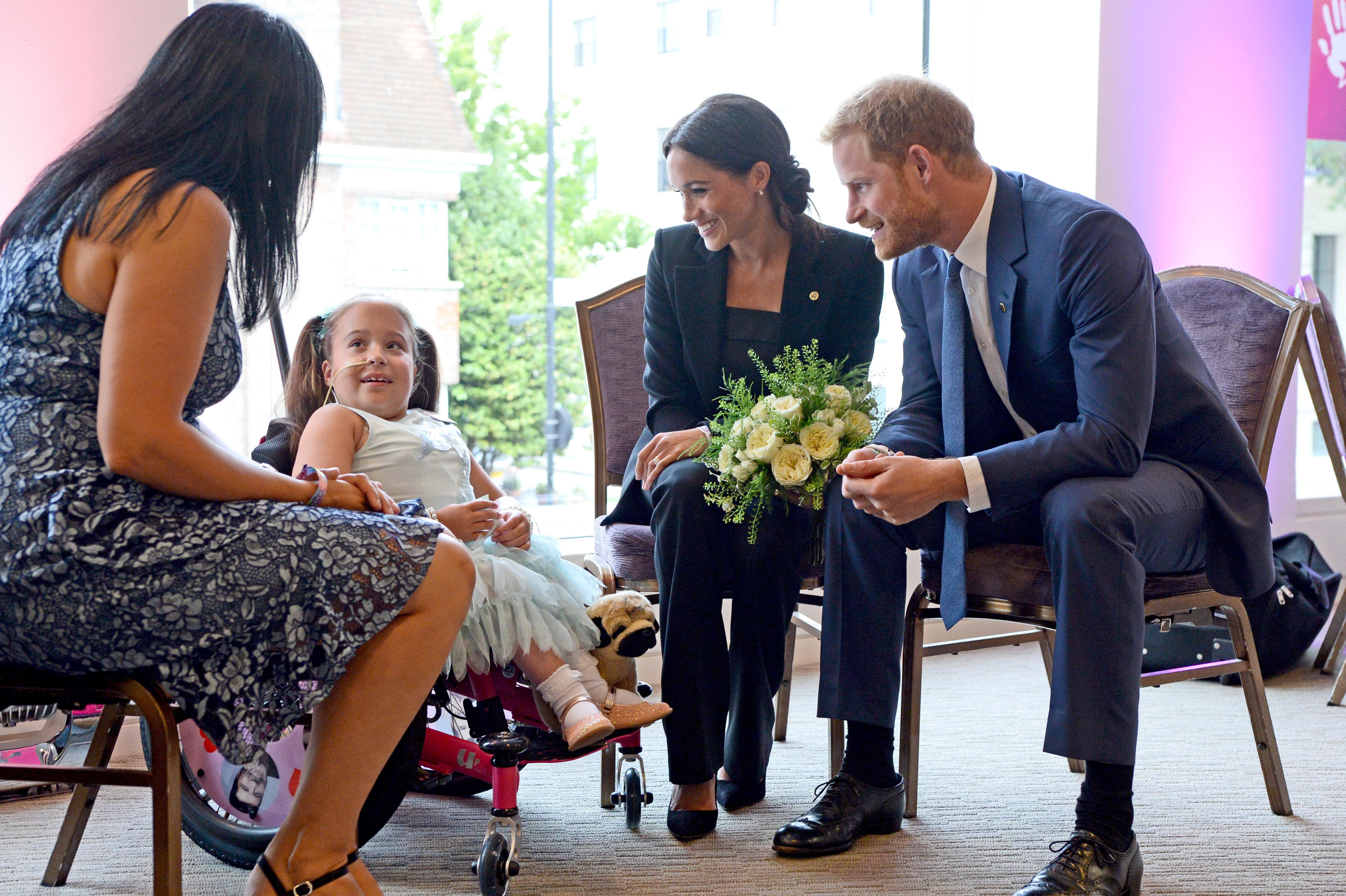Meghan erhält Blumenstrauß von Mädchen – und bricht dann royales Protokoll