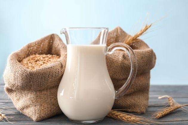 O que é leite de aveia? Tudo sobre a nova alternativa ao leite de