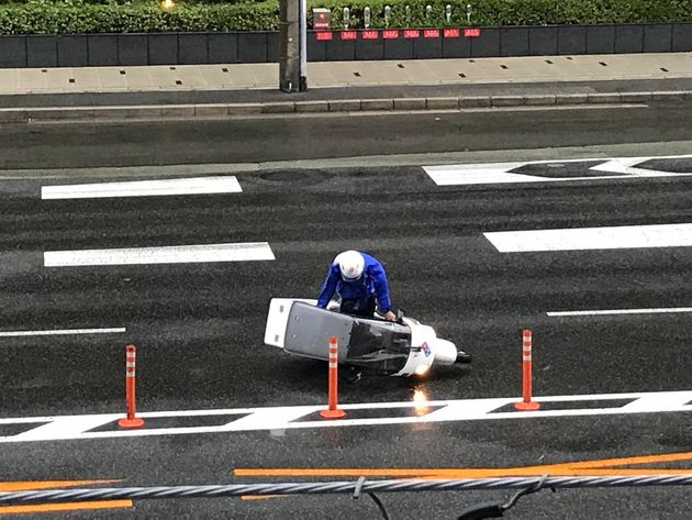 오사카의 도미노 피자 배달원은 태풍 속에서도 배달을 해야