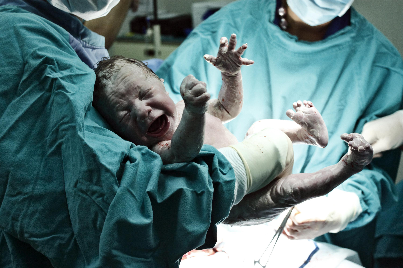 Obligation de déclaration des grossesses et naissances hors mariage, les médecins
