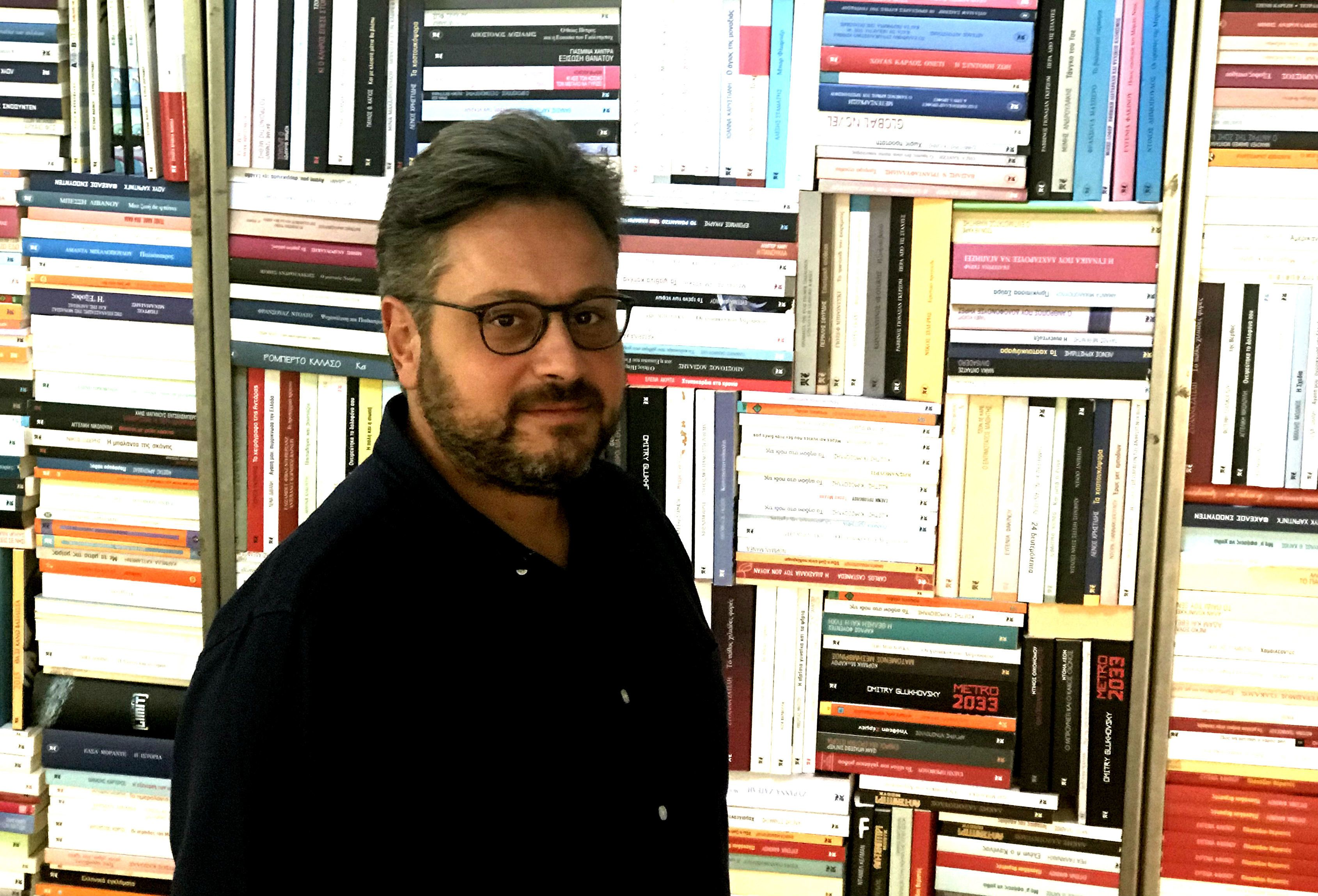 «Σε ένα ερημονήσι θα έπαιρνα το e-reader μου που χωράει 3.000 βιβλία». Ο εκδότης Αργύρης Καστανιώτης...
