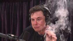 «Νόμιμο δεν είναι;»: Ο δισεκατομμυριούχος Έλον Μασκ κάπνισε μαριχουάνα «στον αέρα» διαδικτυακής