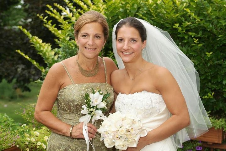 Rachel Nusbaum, on her wedding day, with her mother in 2005.