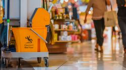 Putzfrau will Mülleimer im Kaufhaus ausleeren und macht unglaubliche