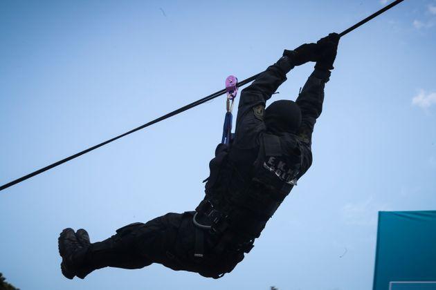 Εντυπωσιακές «πτώσεις» των ΕΚΑΜ από τον πύργο του ΟΤΕ στη
