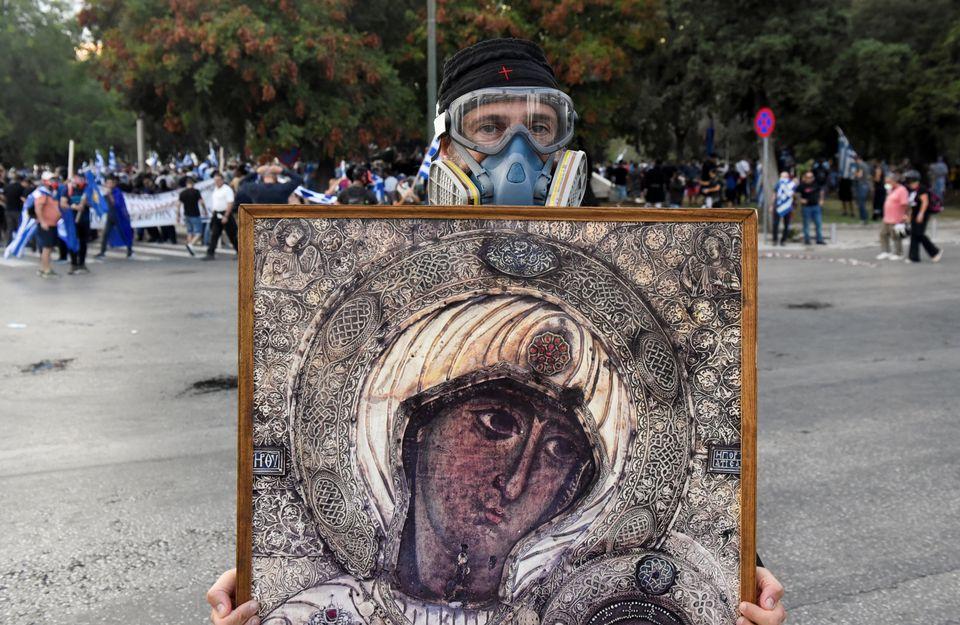 Καλόγεροι με αντιασφυξιογόνες μάσκες και εικόνες στα χέρια, σημαίες και σκηνές βίας στο παμμακεδονικό...