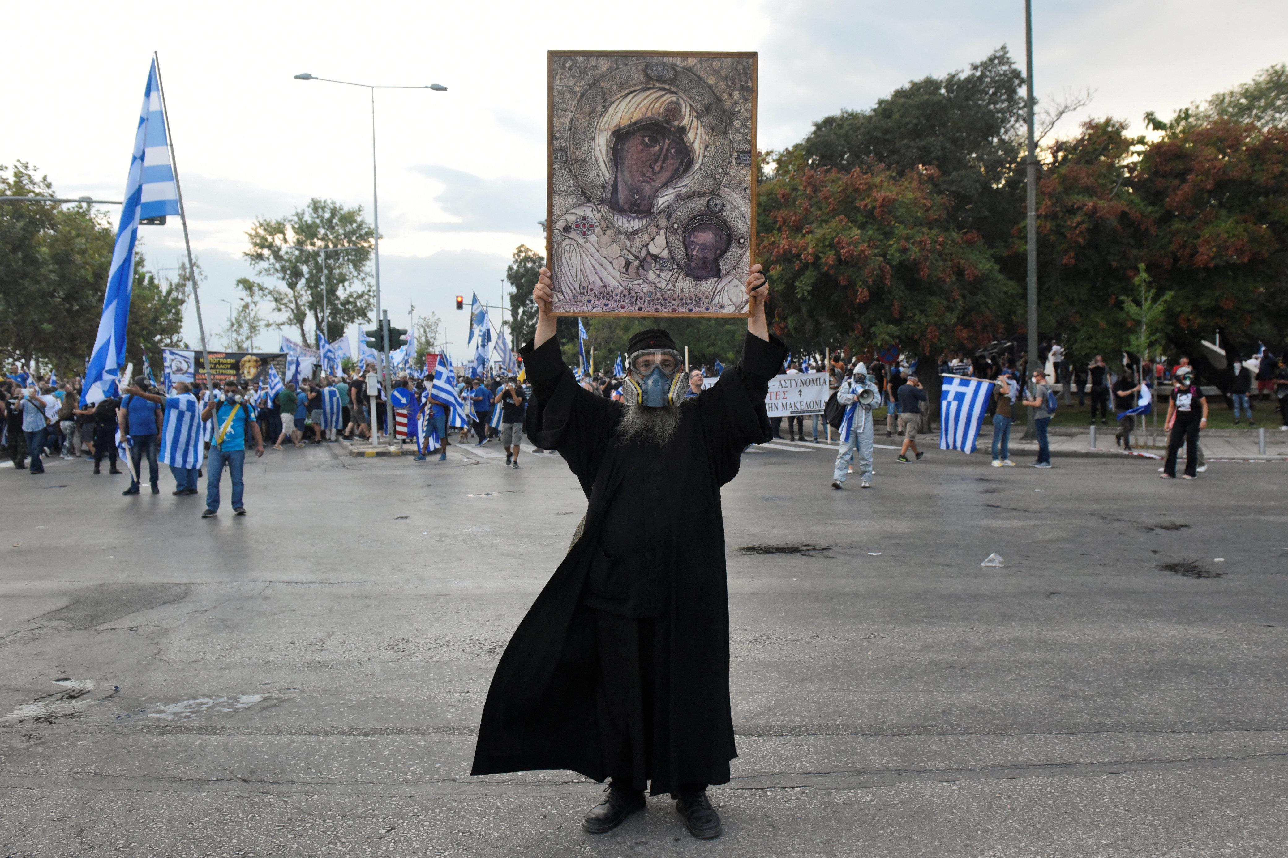 Καλόγεροι με αντιασφυξιογόνες μάσκες και εικόνες στα χέρια, σημαίες και σκηνές βίας στο παμμακεδονικό συλλαλητήριο στη