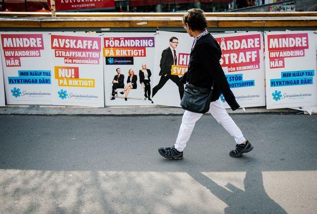 한 시민이 극우 스웨덴민주당의 선거 포스터 앞을 지나가고 있다. 2014년 9월12일, 스톡홀름. 스웨덴민주당은 2014년 총선에서 처음으로 두자릿수 득표율을 찍었고, 9월9일 실시된...