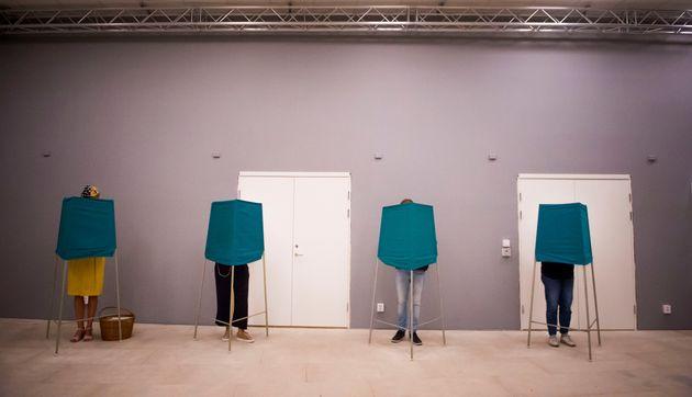 스웨덴 유권자들이 기표소에서 투표를 하는 모습. 2018년 9월9일,