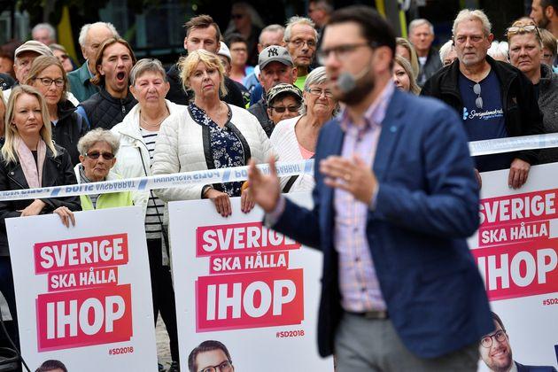 스웨덴민주당 지지자들이 당대표 임미 오케손의 연설을 지켜보고 있다. 지지자들이 내건 플래카드에는'함께, 스웨덴은 배울 것이다'라는 문구가 적혀있다. 2018년 8월31일,