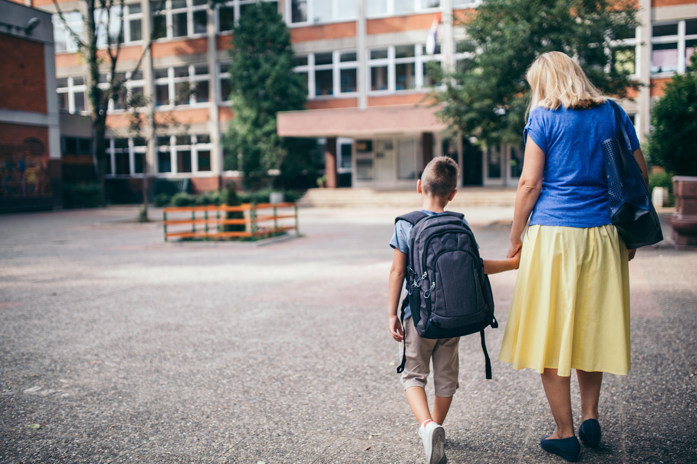 Daran erkennt ihr, ob der Schulranzen eures Kindes zu schwer