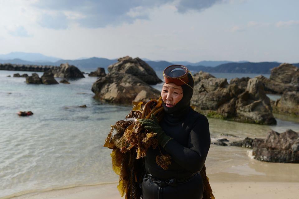Die japanische Taucherin Machiyo Yamashita hat Wakame-Seetang