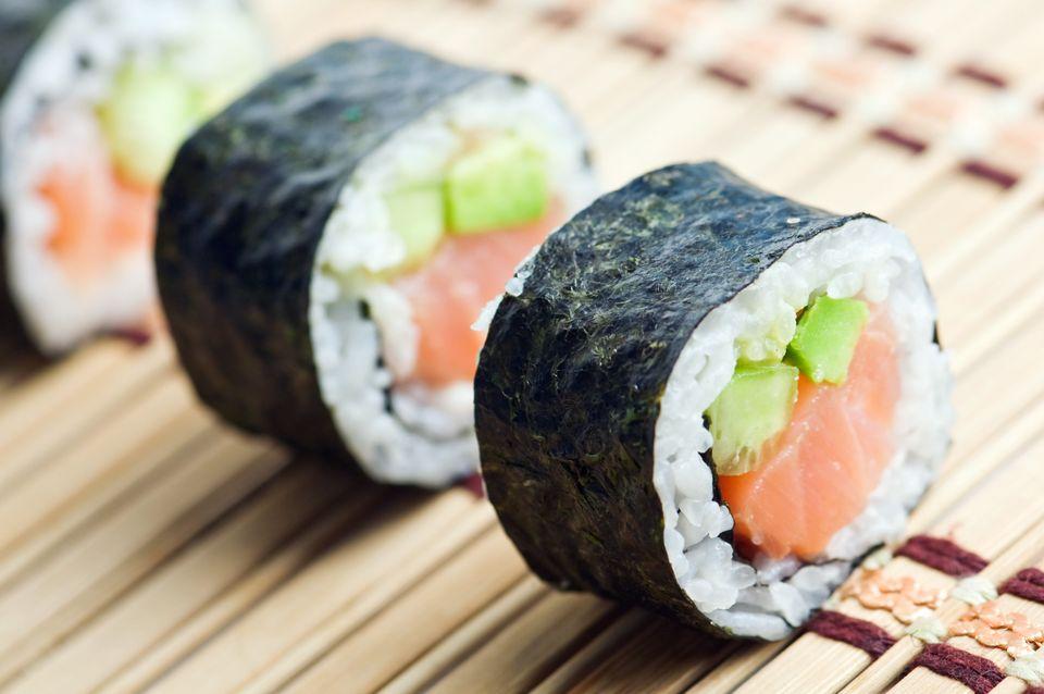 Als Hülle für die Sushi-Rollen haben viele Menschen im Westen Algen schon
