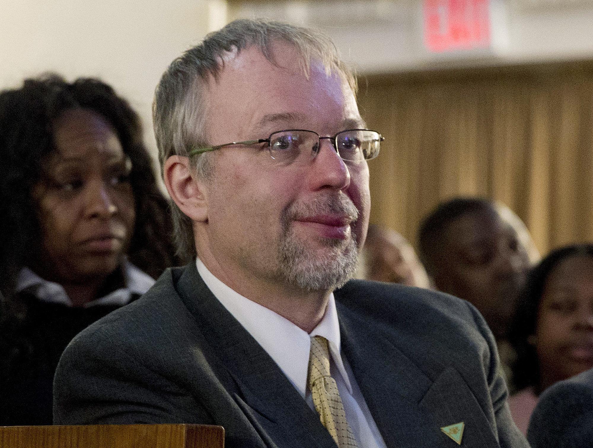 Levi Sanders, hijo del entonces candidato presidencial Bernie Sanders, escucha mientras su padre habla en la Iglesia Bautista Corinthians en Nueva York, el 17 de abril del 2016. (AP Foto/Mary Altaffer)
