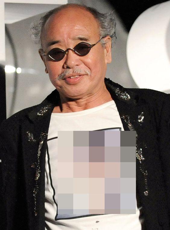 2008년 도쿄 요요기 올림픽 플라자에서 열린 샤넬 '모바일 아트' 오프닝 행사에 참석한 아라키 노부요시의 모습. 카오리의 상반신 누드 사진을 프린트해 만든 티셔츠를 입고 있다. 모자이크는...