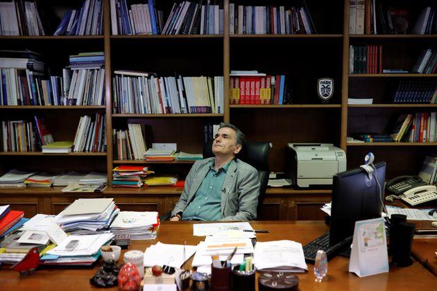 Στο Υπουργείο Οικονομικών οι εκπρόσωποι των θεσμών ελέγχουν τα στοιχεία εκτέλεσης του κρατικού