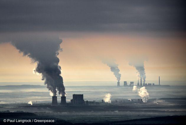 석탄 화력 발전소 굴뚝에서 연기가 뿜어져 나오고