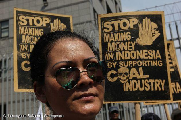 인도 자카르타에서 한 시민이 석탄 발전소 건설 반대 시위를 하고