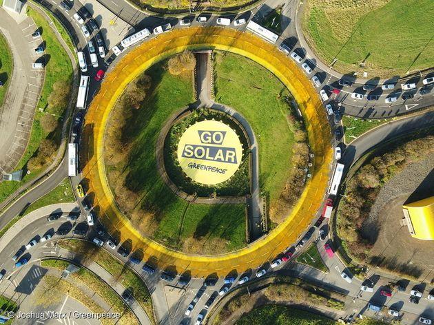 그린피스가 룩셈부르크에서 'Go Solar' 라고 적힌 배너 액션을 하고