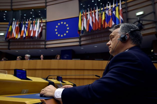 Το Ευρωπαϊκό Κοινοβούλιο αναμετριέται με την ακροδεξιά και τον Όρμπαν. Θα τολμήσει όμως να υπερασπιστεί...