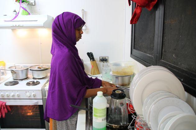 Une réfugiée de Somalie qui a tenté plusieurs fois de se suicider effectue des tâches...