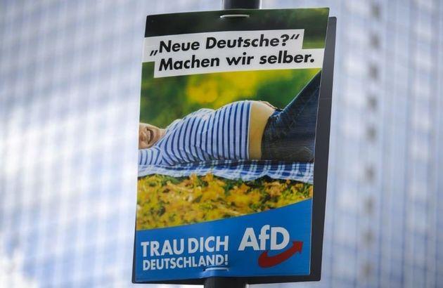 Η νέα αφίσα του AfD είναι άκρως ρατσιστική ακόμα κι αν οι ηγέτες του εξακολουθούν να το