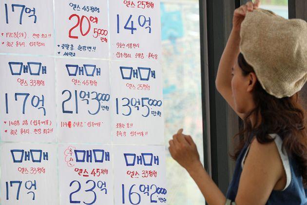 지난달 22일 오후 촬영한 서울 송파구의 종합상가 내 공인중개사 사무소에 부착된 매물 전단지. 올해 서울 집값 상승률이 지난해 평균을