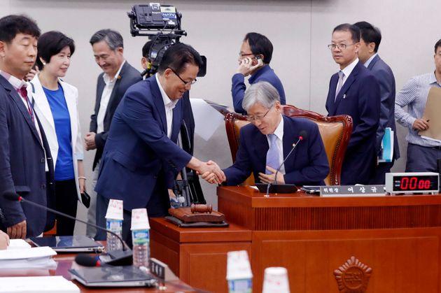 여상규 법제사법위원장과 박지원 민주평화당 의원이 지난 18일 서울 여의도 국회에서 열린 법제사법위원회 전체회의에서 악수하고