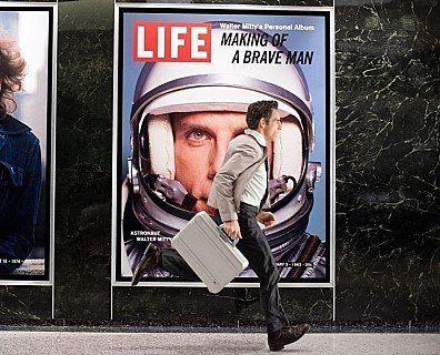 종이 잡지 '라이프'가 폐간되는 과정을 둘러싼 영화. '월터의 상상은 현실이