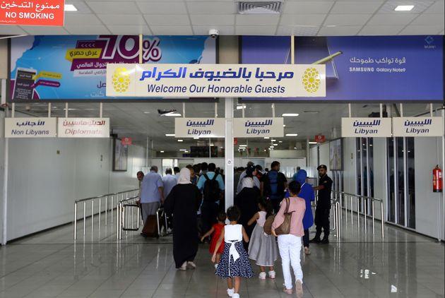 Des voyageurs arrivent dans l'aéroport international de Mitiga après sa réouverture...