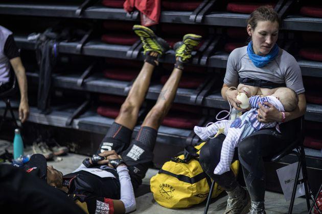 Sophie Power, amamantando a su hijo y sacándose leche al mismo
