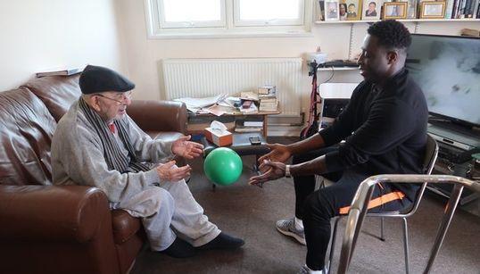 In London kümmern sich junge Menschen um Alte – mit verblüffendem