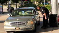 Dieses Foto zeigt, wie ein Polizist einer armen Frau Sprit spendiert – Hunderte haben es