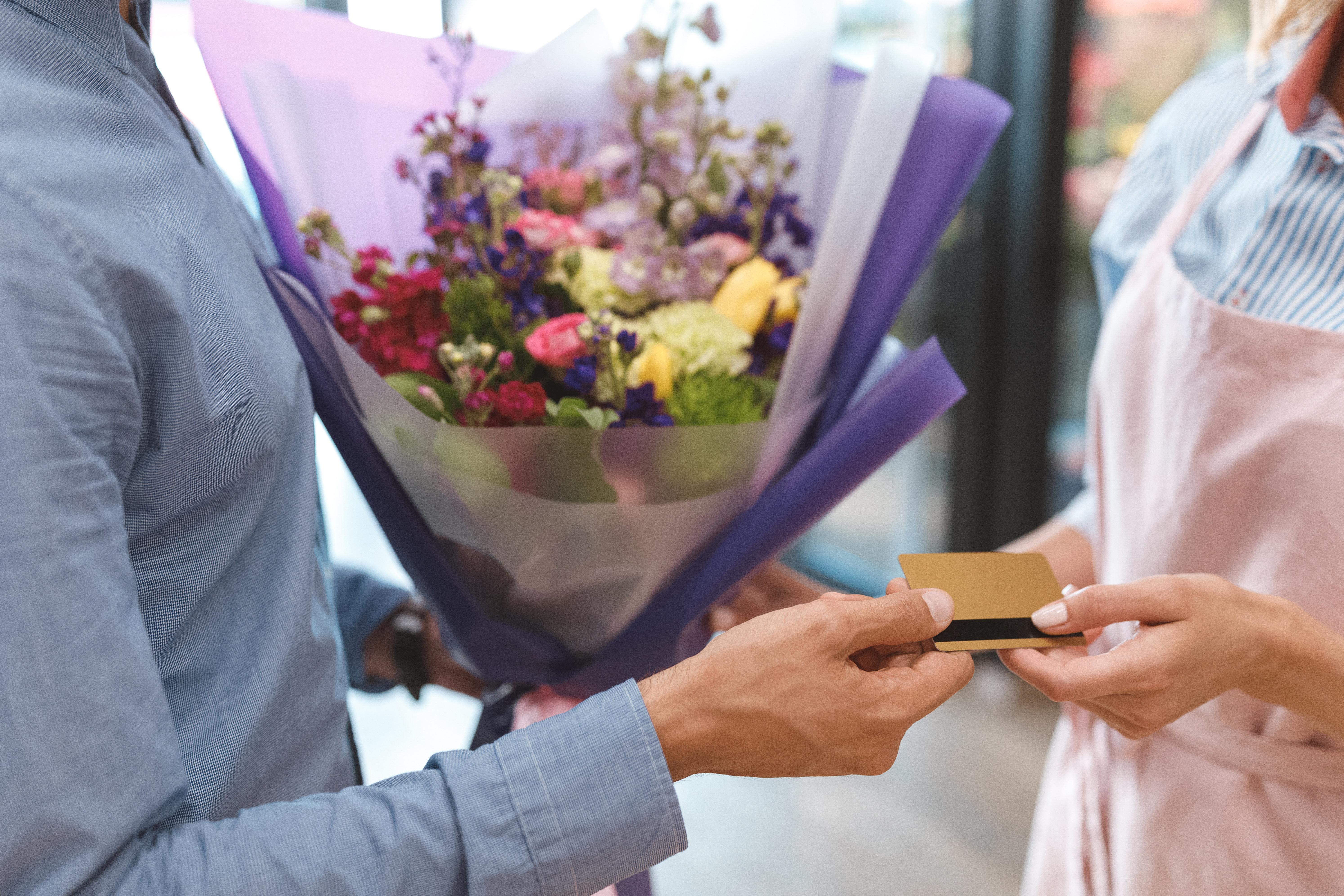 Mann kauft seiner Frau Blumen – als er aus dem Laden kommt, ist er