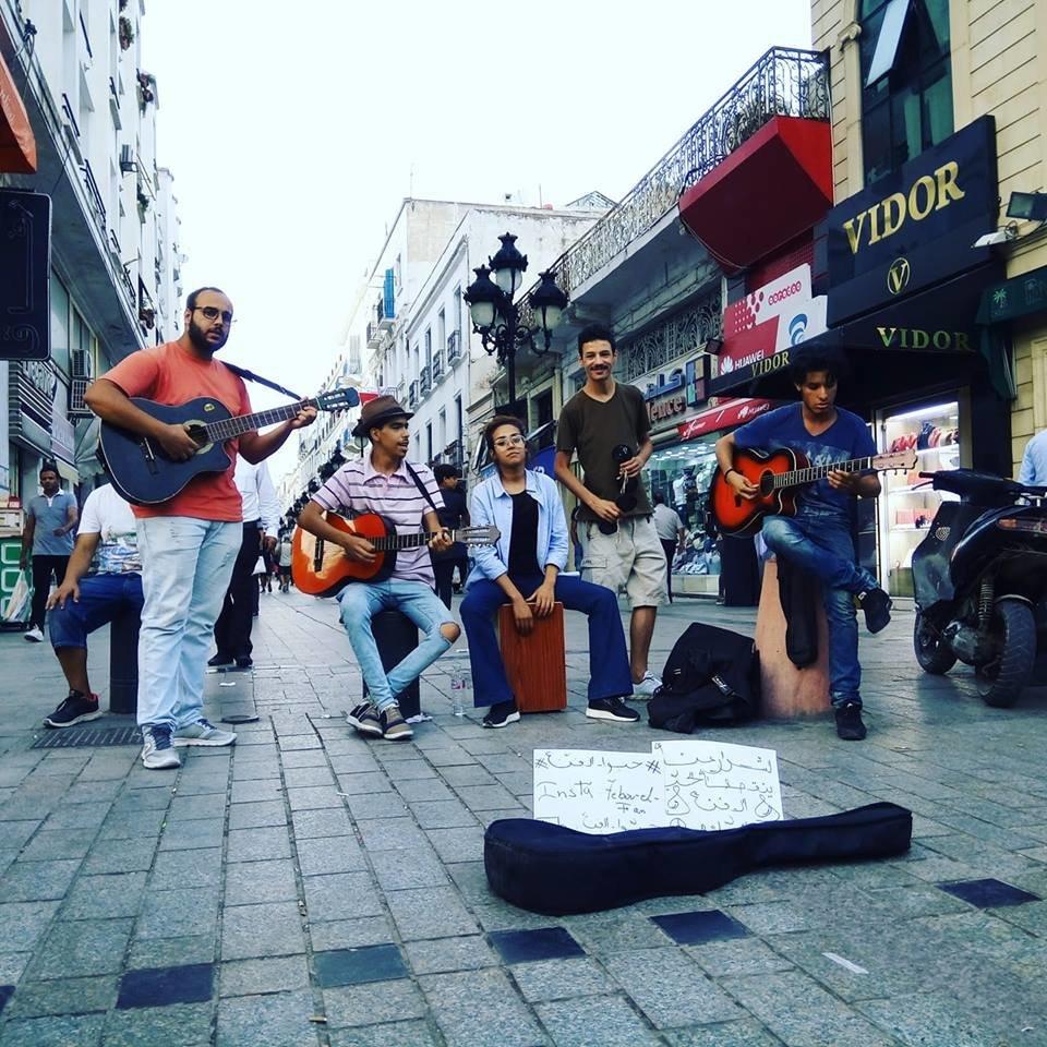 Ces jeunes musiciens de rue tunisiens mettent l'ambiance au centre-ville