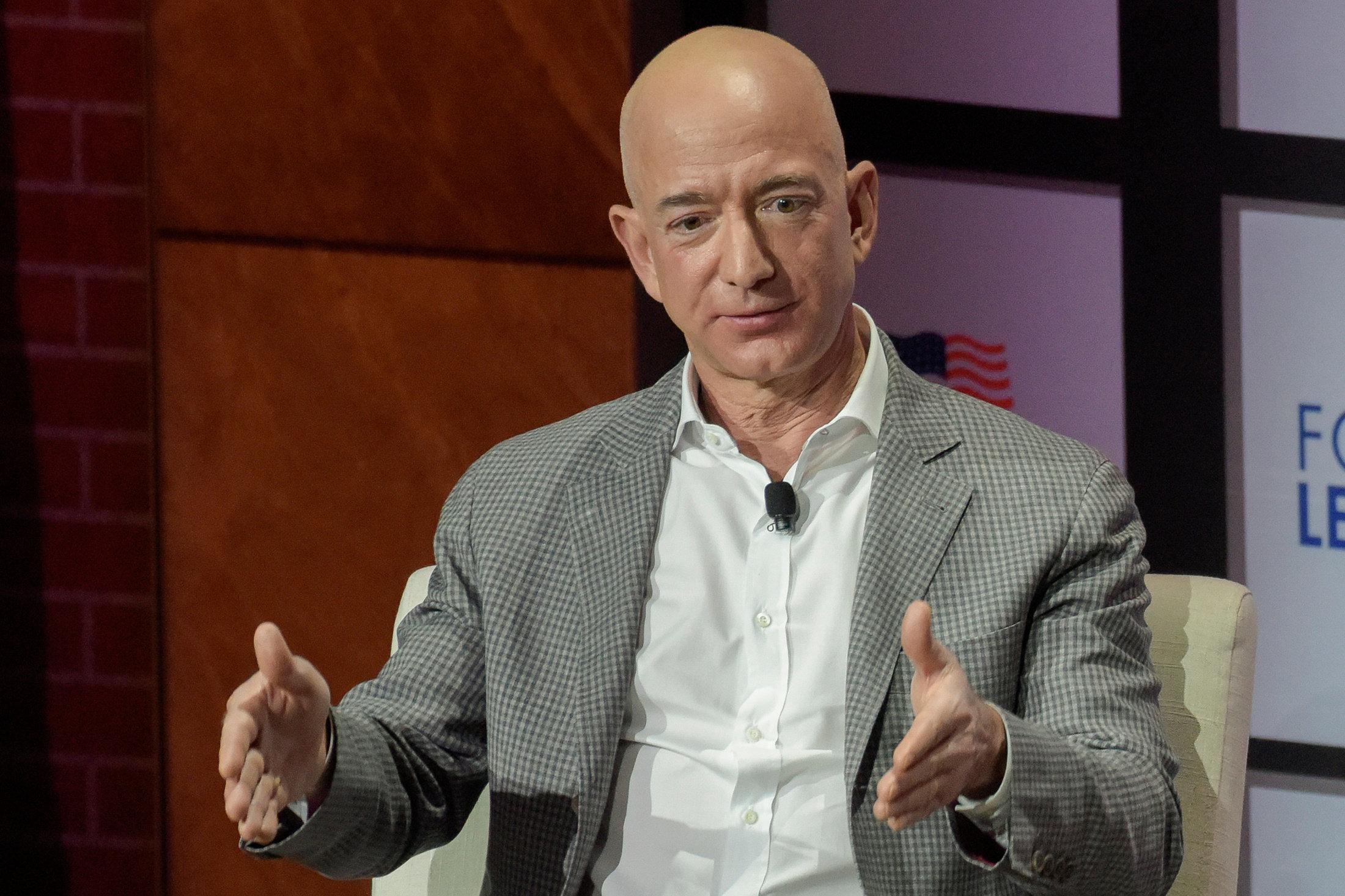 O πλουσιότερος άνθρωπος στον κόσμο ιδρύει ταμείο ύψους 2 δισ. για την εκπαίδευση των μη