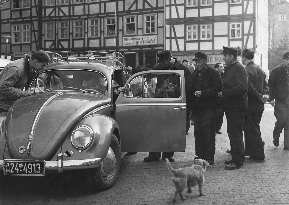 1950년대, 독일 시민들이 비틀을 살펴보는 모습.