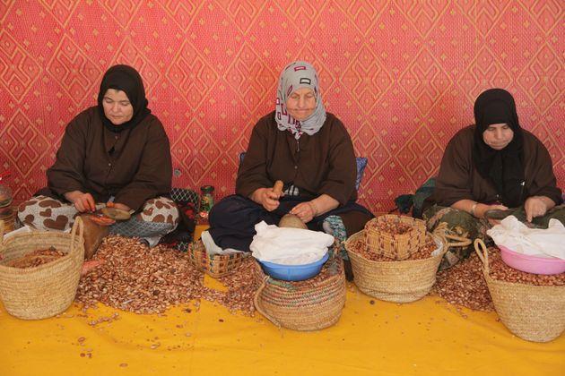 Des femmes ouvrent des noix d'argan dans une