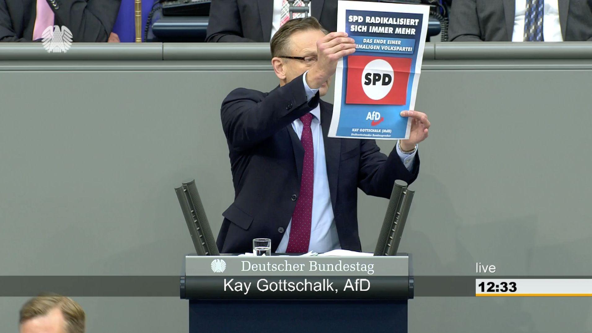 """AfD-Abgeordneter wirft SPD """"Gleichschaltung vor"""" – und provoziert mit Poster"""