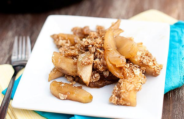 "<strong>Get the <a href=""http://www.bunsinmyoven.com/2012/10/28/apple-crisp-baked-in-a-cast-iron-skillet/"" target=""_blank"">Ca"