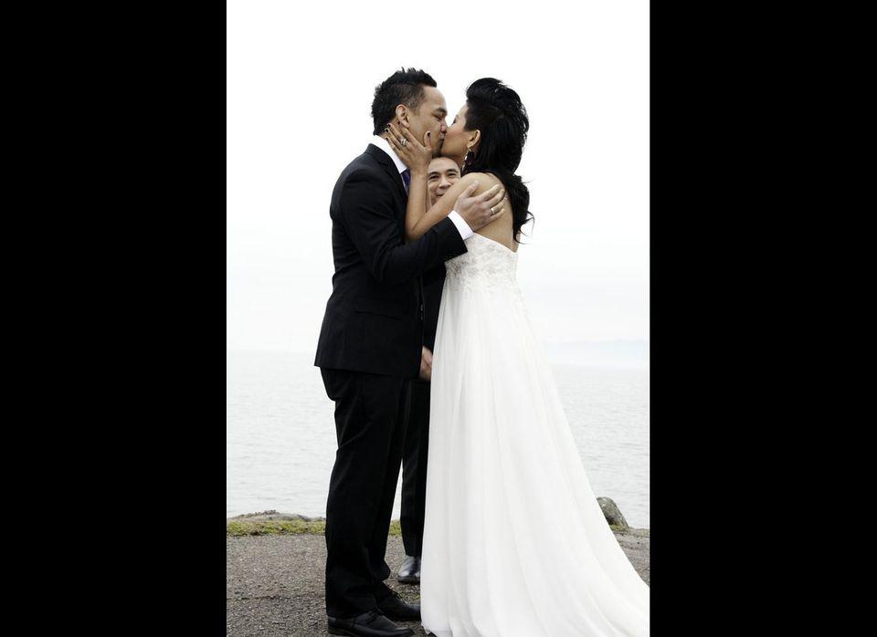 """via <a href=""""http://www.buzzfeed.com/dinoi/wedding-photobomb-dj0"""" target=""""_hplink"""">BuzzFeed</a>"""